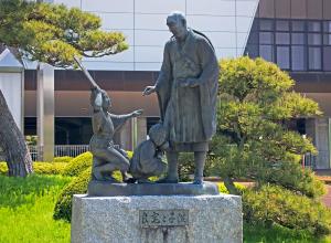 良寛和尚の銅像写真